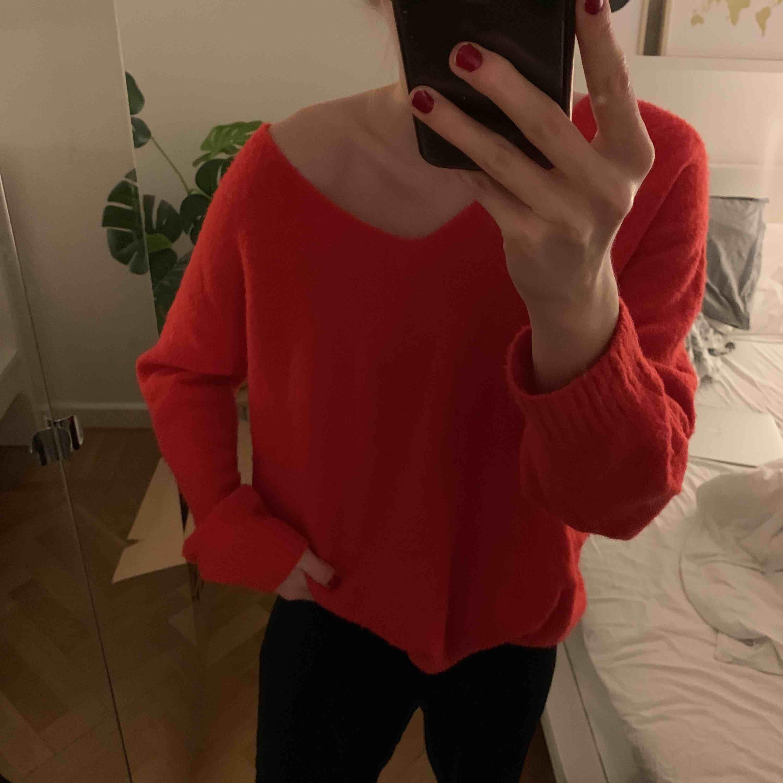 Röd stickad tröja med v-ringning från H&M i storlek S (passar även större). Knappt använd. Väldigt skönt material! Frakt tillkommer! . Stickat.