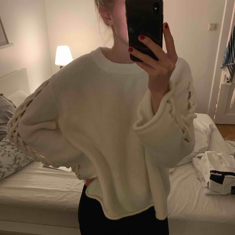 Vit stickad tröja från Zara i storlek M. Fint mönster på armarna och i väldigt skönt material! Frakt tillkommer! . Stickat.