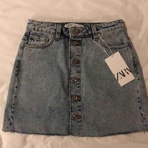 Helt oanvänd jeanskjol från Zara, säljer pga för stor för mig :(