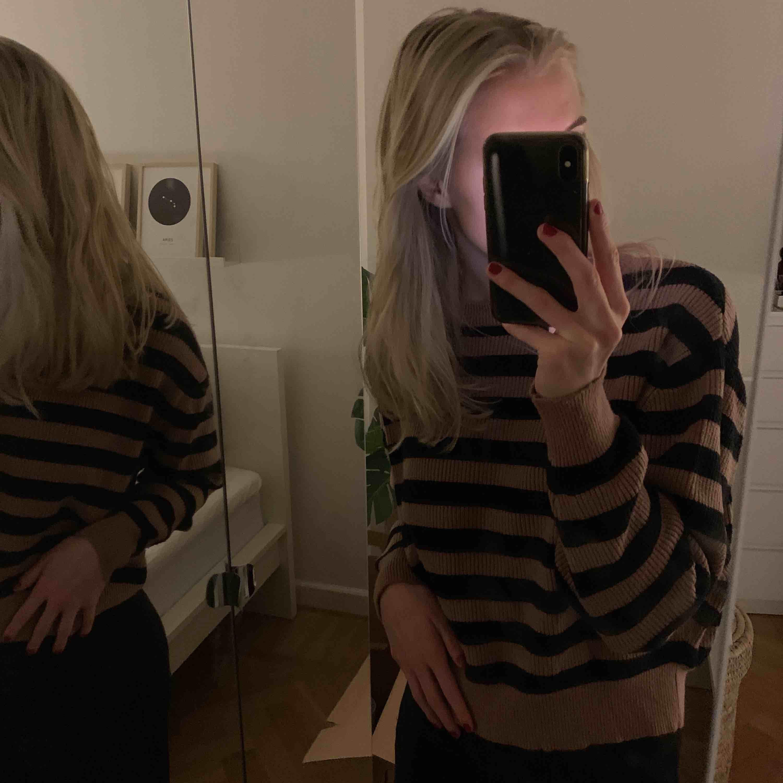 Randig stickad tröja från Zara i storlek M. Knappt använd! Frakt tillkommer 💛. Stickat.