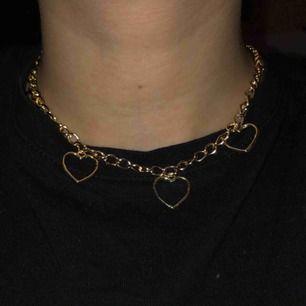 Guld halsband hemmagjort, går att få med de antal hjärtan man själv föredrar! ❤️