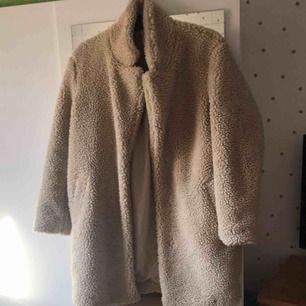 Säljer nu min beiga Teddy jacka, kan byta mot en svart likadan. Använd få ggr, fint skick. XS men passar bra på mig som har M, passar nog på S och XS också. 2 fickor och 3 knappar, väldigt varm, perfekt nu till vintern!