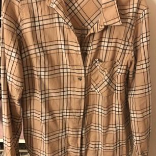 Skjorta från H&M, liknar Burrbery. Använt 2 gånger