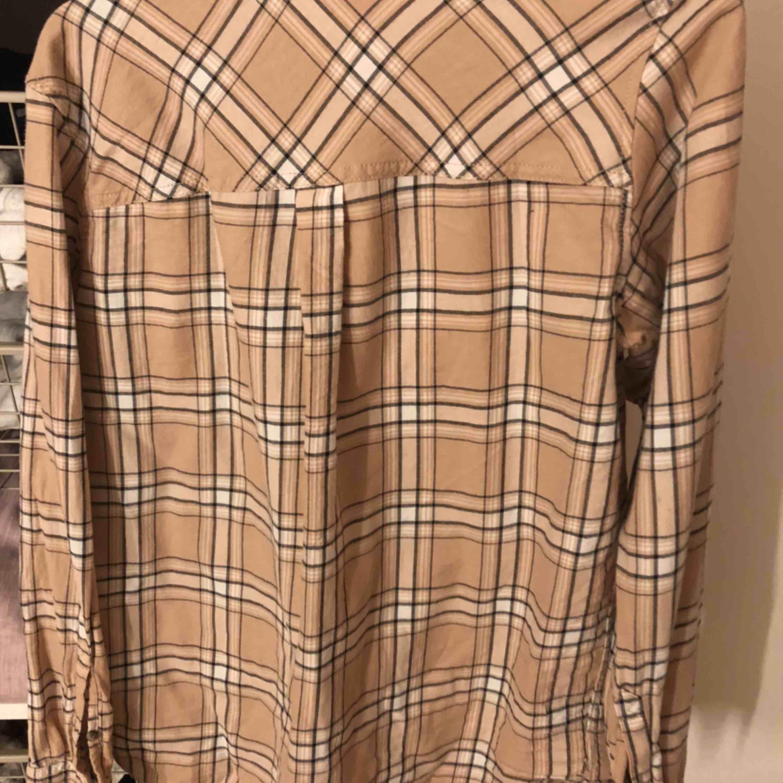 Skjorta från H&M, liknar Burrbery. Använt 2 gånger. Skjortor.