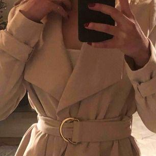 Oanvänd beige kappa från H&M. Säljer pga det ej är min stil, lite stor på mig.