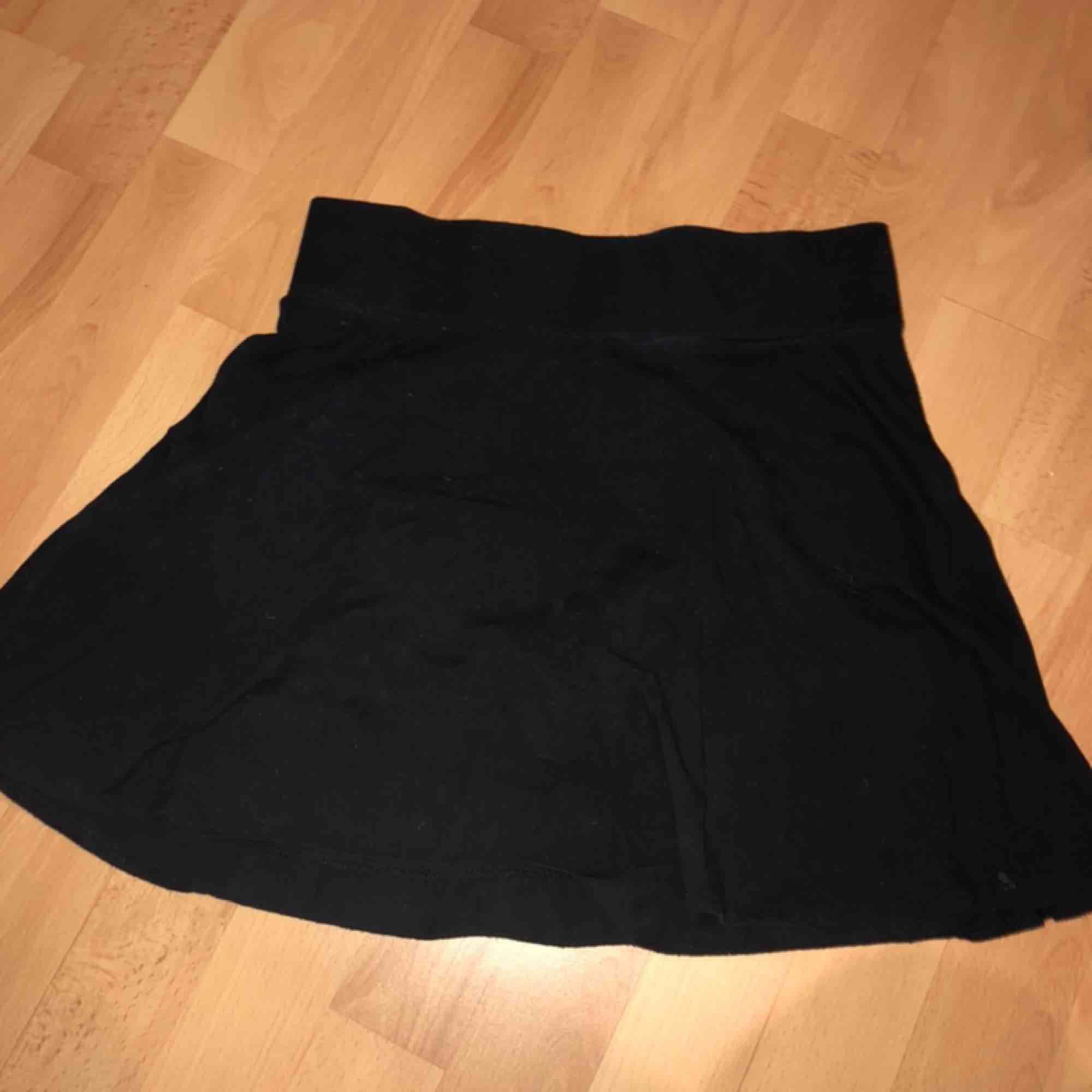 Säljer en kjol med inner byxa. Köpt i usa 2016. Ingen skada eller fläck! Kjolen är ganska använd. Storleken är barn L men passar vuxen xs Köparen står för frakt:). Kjolar.