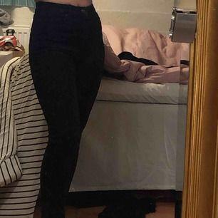 Ett par svarta highwaisted Monki jeans.Använt ngr gånger men sälja pga det är inte min stil längre.Org priset är 400kr.Men mitt pris kan diskuteras.