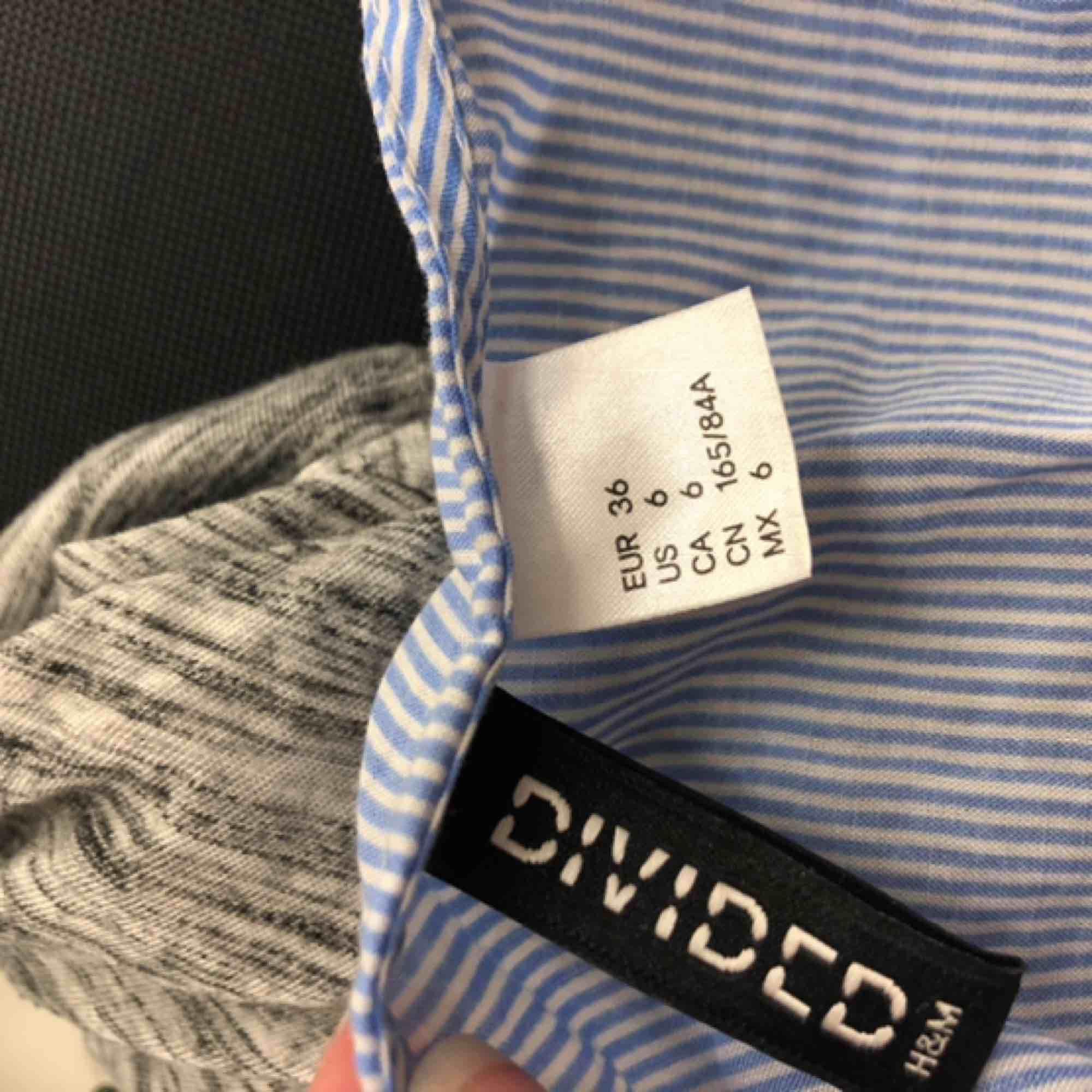 Säljer ett sommar linne från H&m st 36 Ingen skada eller fläck, knappt använd  Köparen står för frakten:). Toppar.