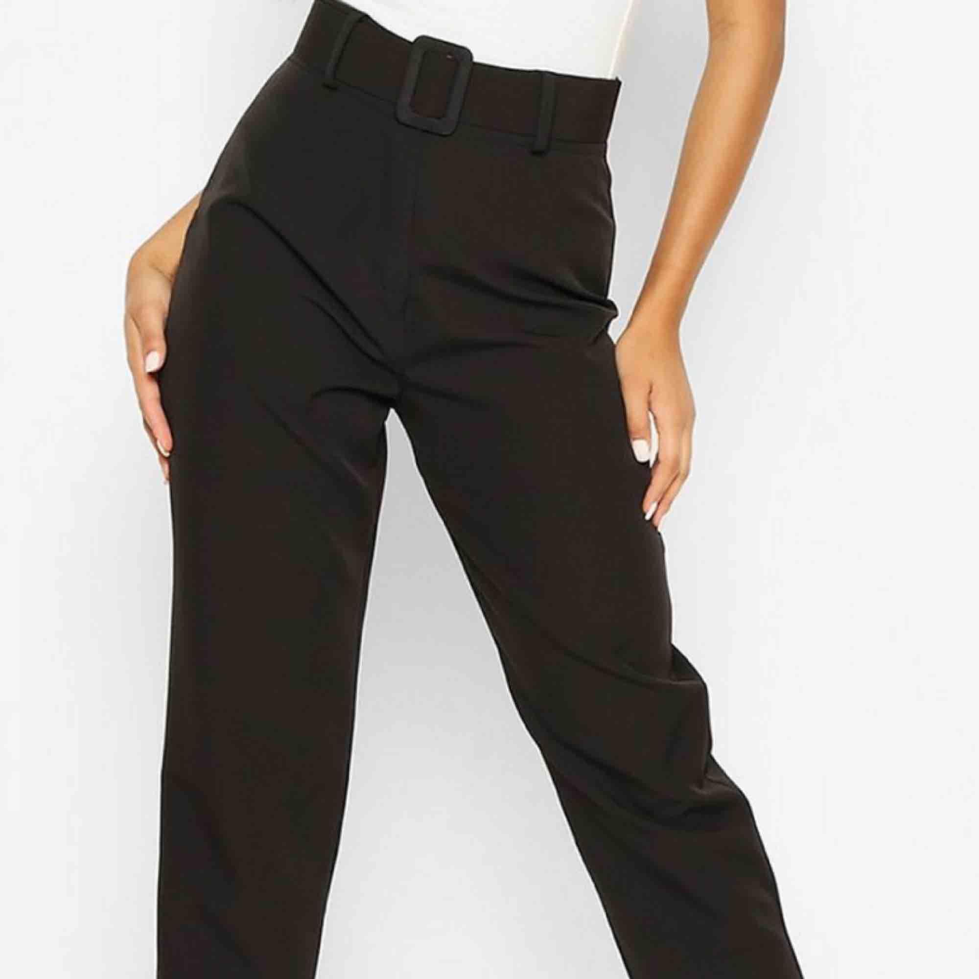 Helt nya! Skitsnygga kostymbyxor med brett skärp i midjan säljer då jag köpt fel storlek och inte han skicka tillbaka (ordinarie pris 324)  . Jeans & Byxor.