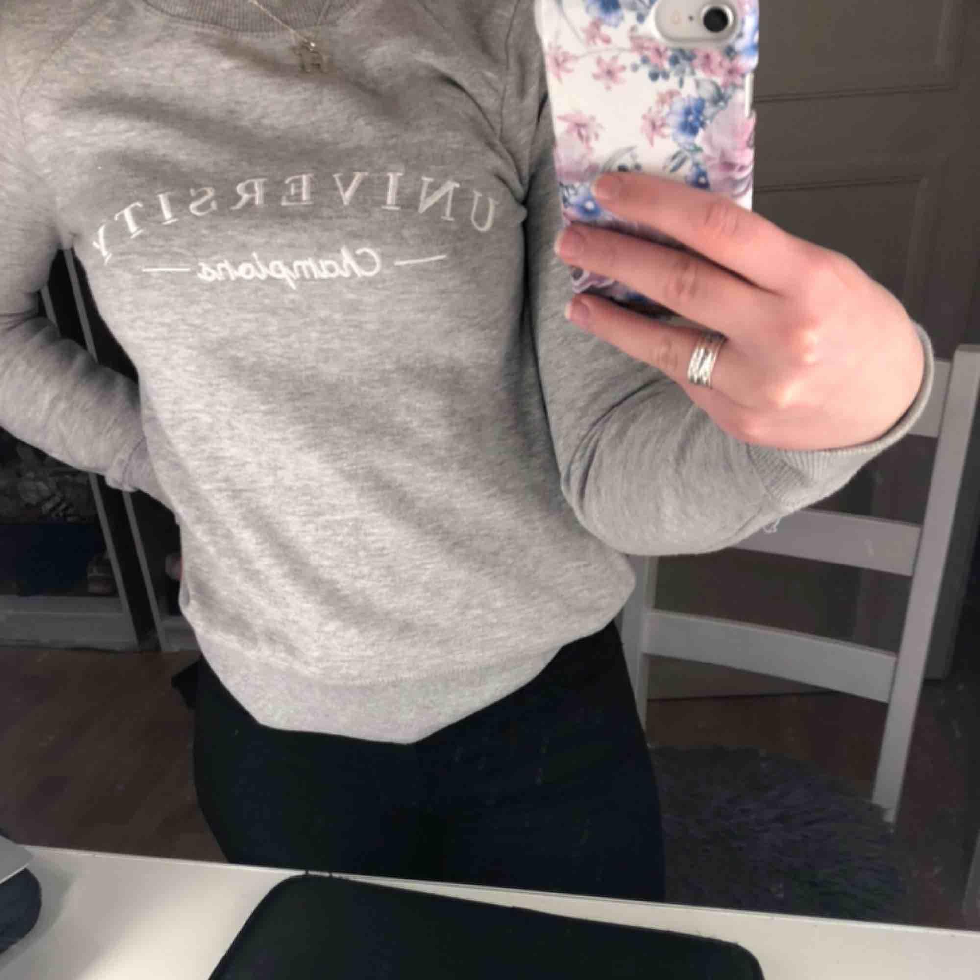 Säljer en tröja från Gina tricot st S Oanvänd nypris: 299kr Säljer 50kr Köparen står för frakten:). Huvtröjor & Träningströjor.
