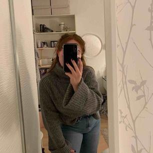 En stickad grå tröja från Gina! Lagom använd men ser ut som ny! Är extrem skön och värmer nu på vinter och hösten! Frakt betala köparen❤️