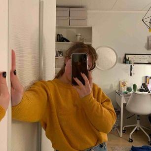 Extremt skön tröja från Zara! Nästan aldrig använd så är som ny! Fin gul färg nu till våren och skulle säga att en S,M och L kan använda den för den är så stretchig. Frakten betalar köparen❤️
