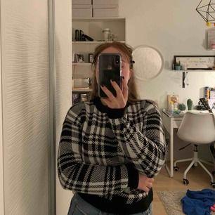 Fin rutig tröja från Hm. Nästan aldrig använd så är som ny! Den är väldigt skön och trendig just nu! Frakten betalar köparen❤️
