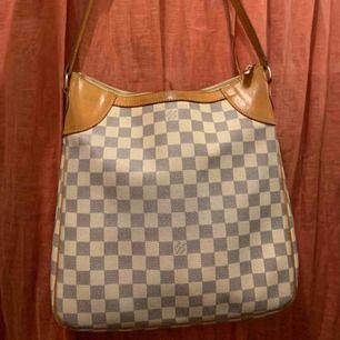 Louis Vuitton axelremsväska, äkta! Köpt i en vintagebutik, men den kommer tyvärr inte kommer till användning.  Hel och fin, innertyget visar tecken på användning. Skickar fler bilder vid intresse.  Finns i malmö. /Ellen