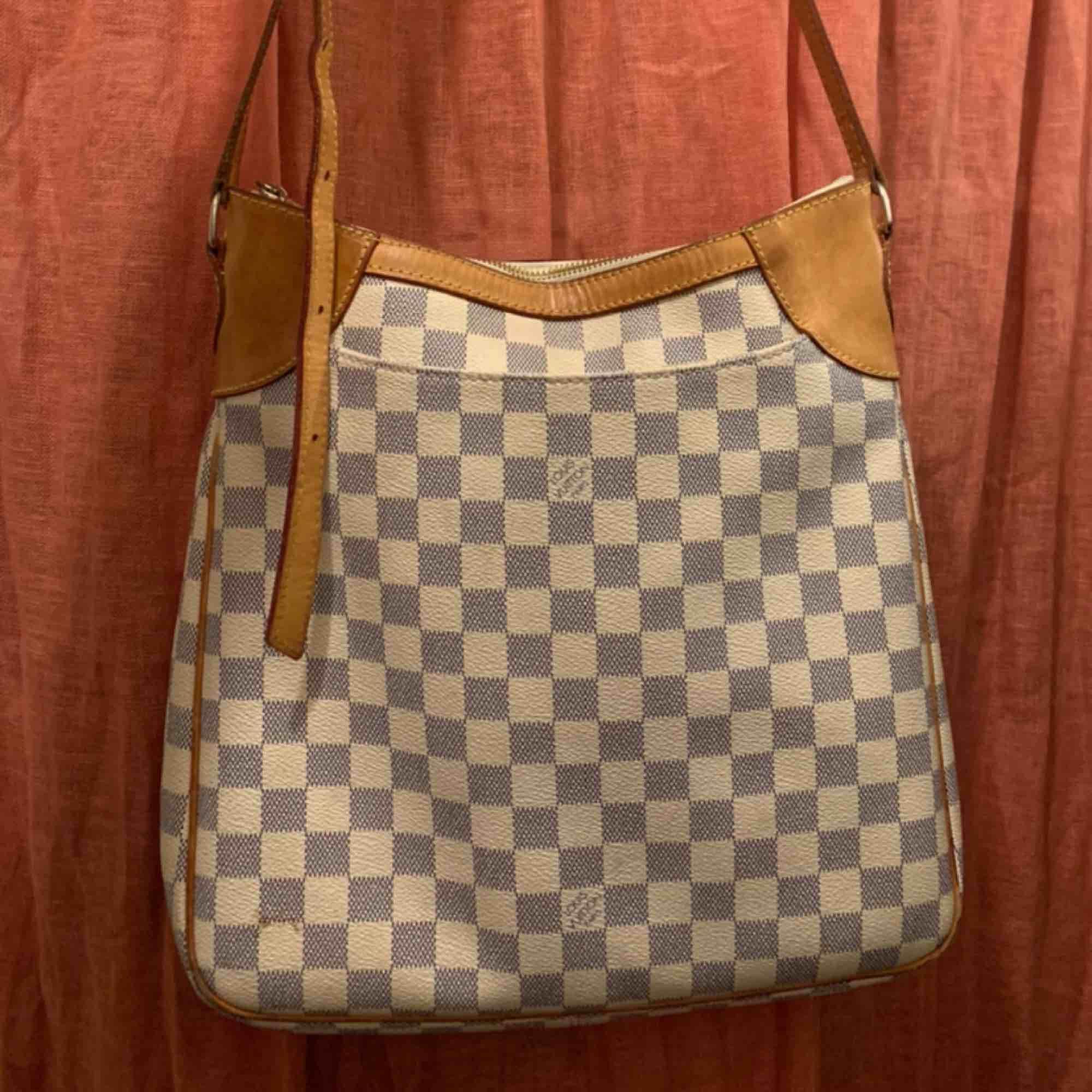 Louis Vuitton axelremsväska, äkta! Köpt i en vintagebutik, men den kommer tyvärr inte kommer till användning.  Hel och fin, innertyget visar tecken på användning. Skickar fler bilder vid intresse.  Finns i malmö. /Ellen . Väskor.