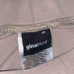 Plagget är långa i benen!  Dessa byxorna är sparsamt använda vilket betyder att jag höjer priset lite. Ny pris 199 mitt pris 100.