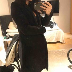 Säljer min sparsamt använda kappa från ZAra!!!❤️ säljs pga den tyvärr har blivit för liten för mig😢det är en storlek XS och den är väldigt snygg på!!!