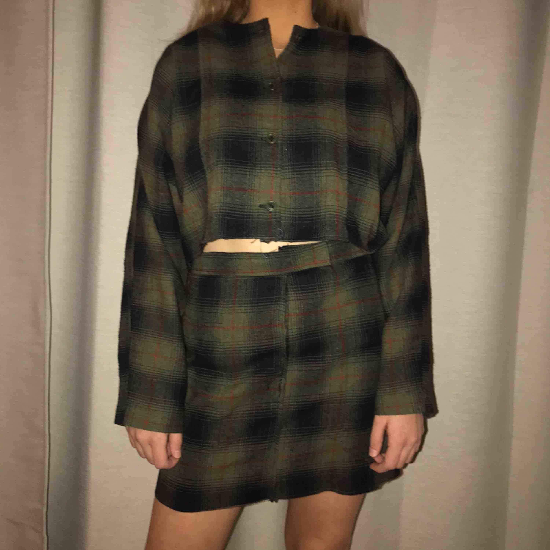 Ett set som jag sytt om från en klänning! Superfint och hade behållt det själv ifall kjolen inte hade sytts förliten :((( Toppen passar xs-M men kjolen är nog xs-s💕💖💖. Kostymer.