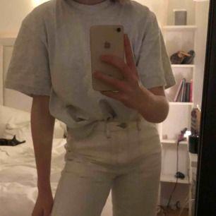 Assnygga wide jeans från Gina tricot som inte går hela vägen ner. Sömmarna är bruna, det är em xs men skulle passa s också.  Nypris 500kr Fraktar och möta upp i stockholm💖