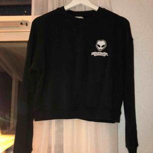 Cool svart sweatshirt från pull&bear. Köpt för ca 2 år sedan, sällan använd. Passar till typ allt.
