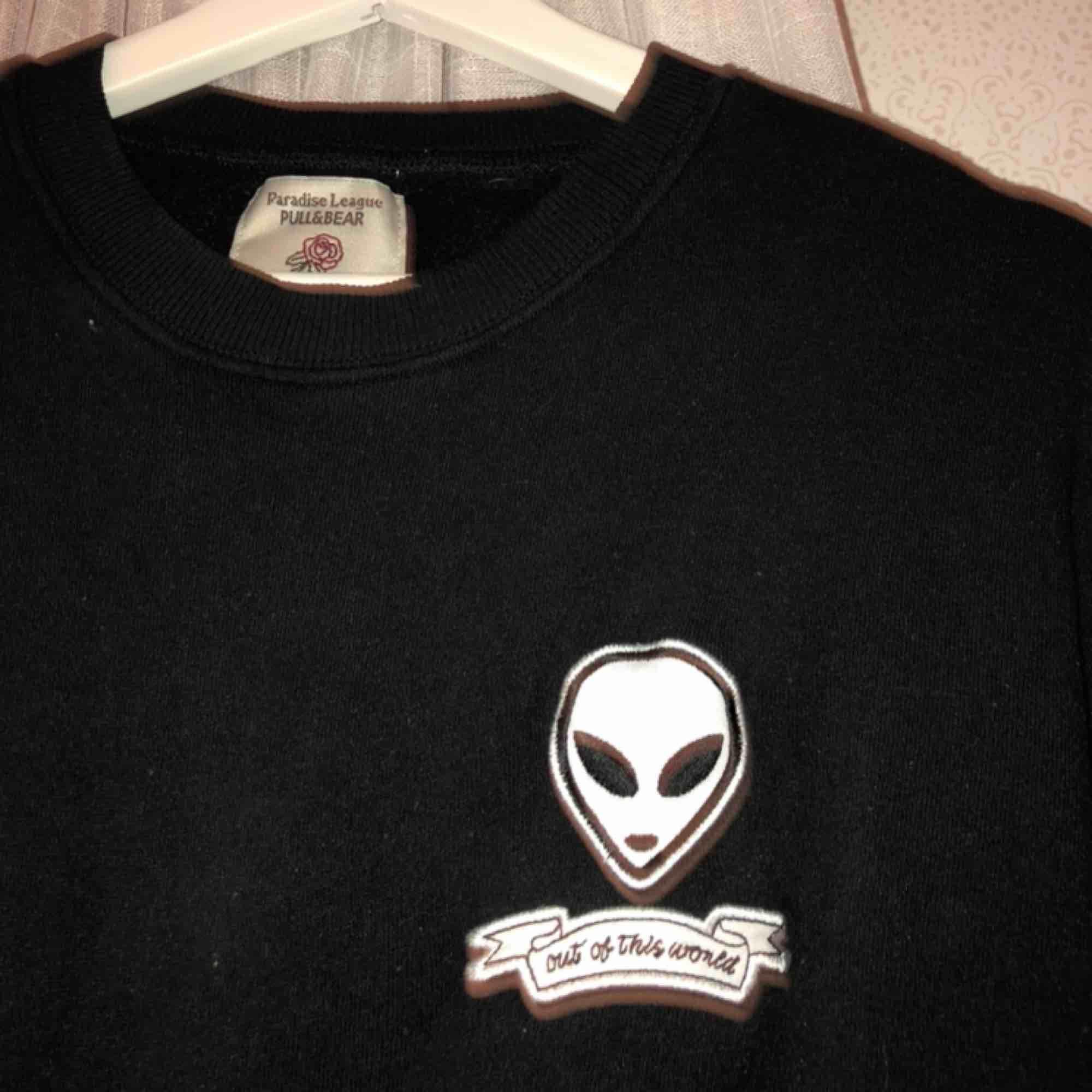 Cool svart sweatshirt från pull&bear. Köpt för ca 2 år sedan, sällan använd. Passar till typ allt. . Tröjor & Koftor.