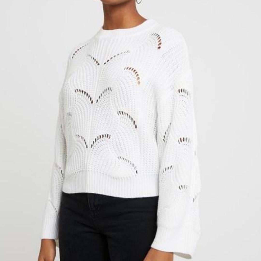 Säljer en stickad jätte fin vit tröja från Ginatricot. Knappast använd, så den är i jätte bra skick ❣. Övrigt.