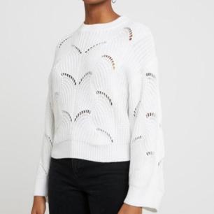 Säljer en stickad jätte fin vit tröja från Ginatricot. Knappast använd, så den är i jätte bra skick ❣
