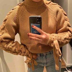 Absolut varmaste, mysigaste tröjan man kan hitta sig till vintern. I nyskick och så fin ifrån H&M, men äger alldeles för många stickade tröjor. Möts upp i Stockholm🥰