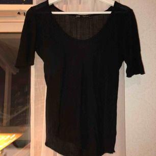 Fin, svart ribbad T-shirt från zara. Köptes i somras, endast använd 1 gång. Längre ärmar än på vanliga t-shirts. Fin passform, bra basplagg