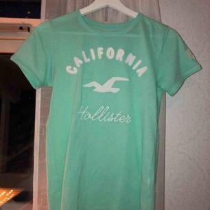 Turkos T-shirt från Hollister. Jättefin färg, man ser extra brun ut i den. Köptes förra året, inte använd så mycket. Skönt material. Originalpris 200-300kr