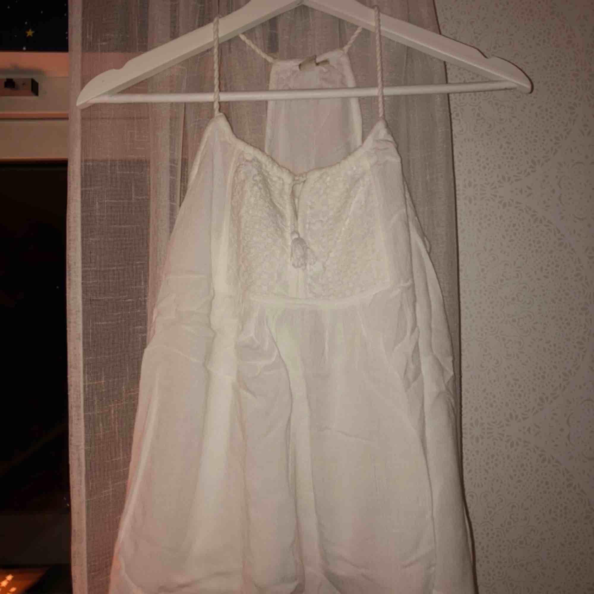 Gulligt linne från Lager 157. Superfint på sommaren! Skönt och tunt material. Köptes för 150kr tror jag, 3 år sedan. Toppar.