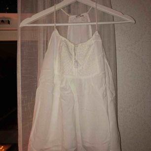 Gulligt linne från Lager 157. Superfint på sommaren! Skönt och tunt material. Köptes för 150kr tror jag, 3 år sedan