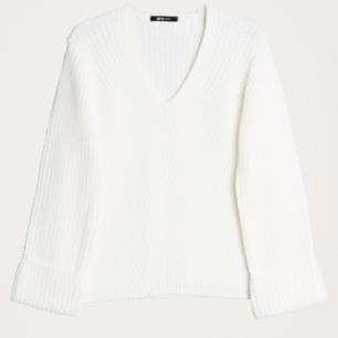 Säljer en vit tröja från ginatricot, i storlek xs. Tröjan är i bra skick då den är knappast använd :)  Köparen står för frakt