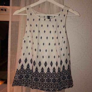 Så fint linne från h&m. Tunn och öppen i ryggen, så skönt på sommaren. Unikt mönster. Köptes för tre år sedan för 150kr