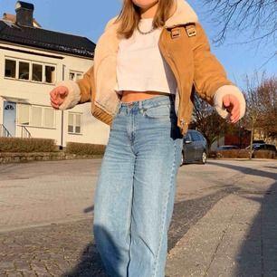 Säljer denna fina jackan!! Köptes för några månader sedan på H&M. Såå mjuuk och varm insida! Inga fel alls på jackan, har bara tröttnat på den. Hör av er för fler bilder och frågor💞💓💖
