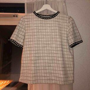 Köpt på zara för nästan ett år sedan för 150kr. Använd två ggr. Så fin och annorlunda T-shirt. Lite tjockare material än vanligt.