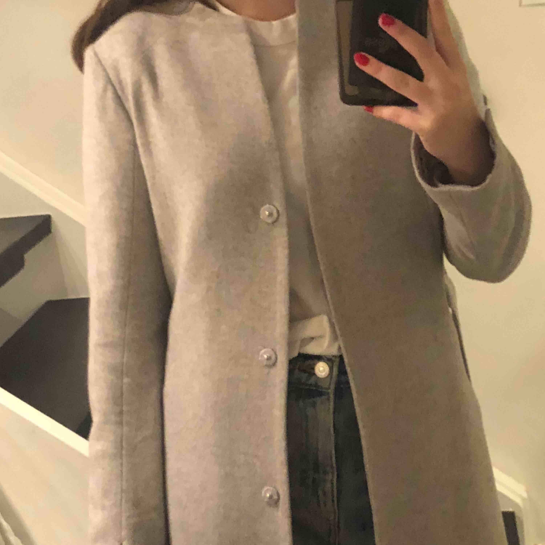 Världens finaste jacka från märket Stockholm! Innehåller 60% ull! Orginalpris 1500kr🥰 Knappt använd och väldigt fint material!💕. Jackor.