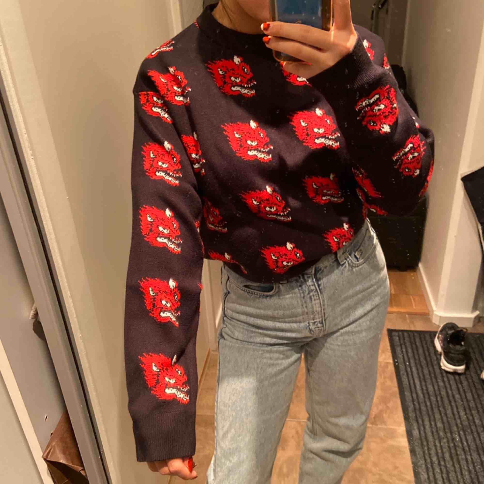 ÄLSKAR denna tröja, så himla cool och materialet har en så nice kvalité. Så snygg men har aldrig riktigt kommit till användning då jag inte känt att den är i min stil. Möts upp i Stockholm🥰🥰. Stickat.