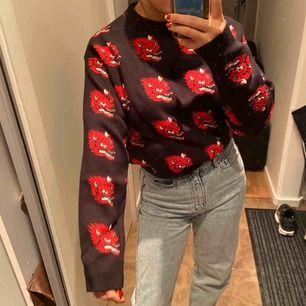 ÄLSKAR denna tröja, så himla cool och materialet har en så nice kvalité. Så snygg men har aldrig riktigt kommit till användning då jag inte känt att den är i min stil. Möts upp i Stockholm🥰🥰