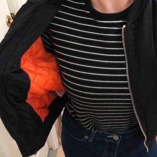 Bomberjacka, orange fodring i 90tals stil! Silvriga dragkedjor. Ställ frågor om ni har några!