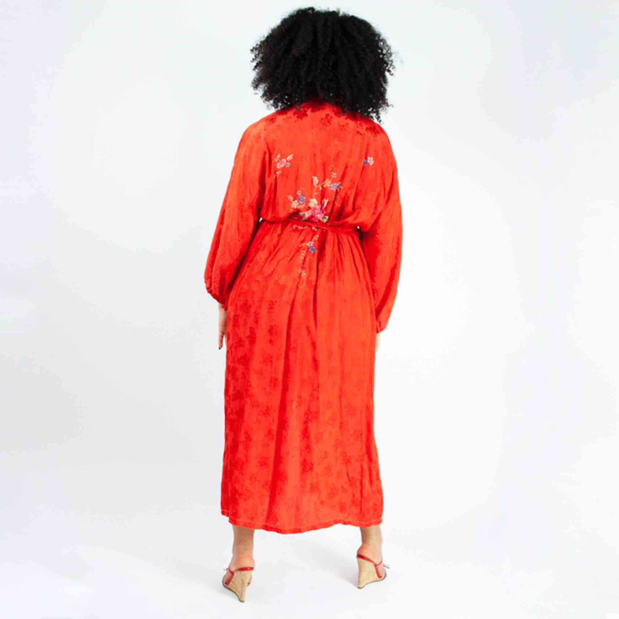 Vintage 70s jacquard embroidered morning robe in red Some signs of wear Label missing, fits best XS-M Measurements (flat): length: ca 129 pit to pit: 66 Free shipping! Read the full description at our website majorunit.com No returns. Klänningar.