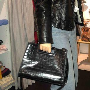 """Jättetrendig fin svart väska! Snygga """"ormskinns"""" detaljer!🥰💖 Knappt använd och väldigt rymlig!"""