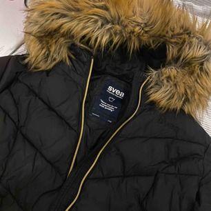 Den är i väldigt bra skick, det är en varm och skön jacka! Bara använd under vintern✨ inga hål och luktfri💋