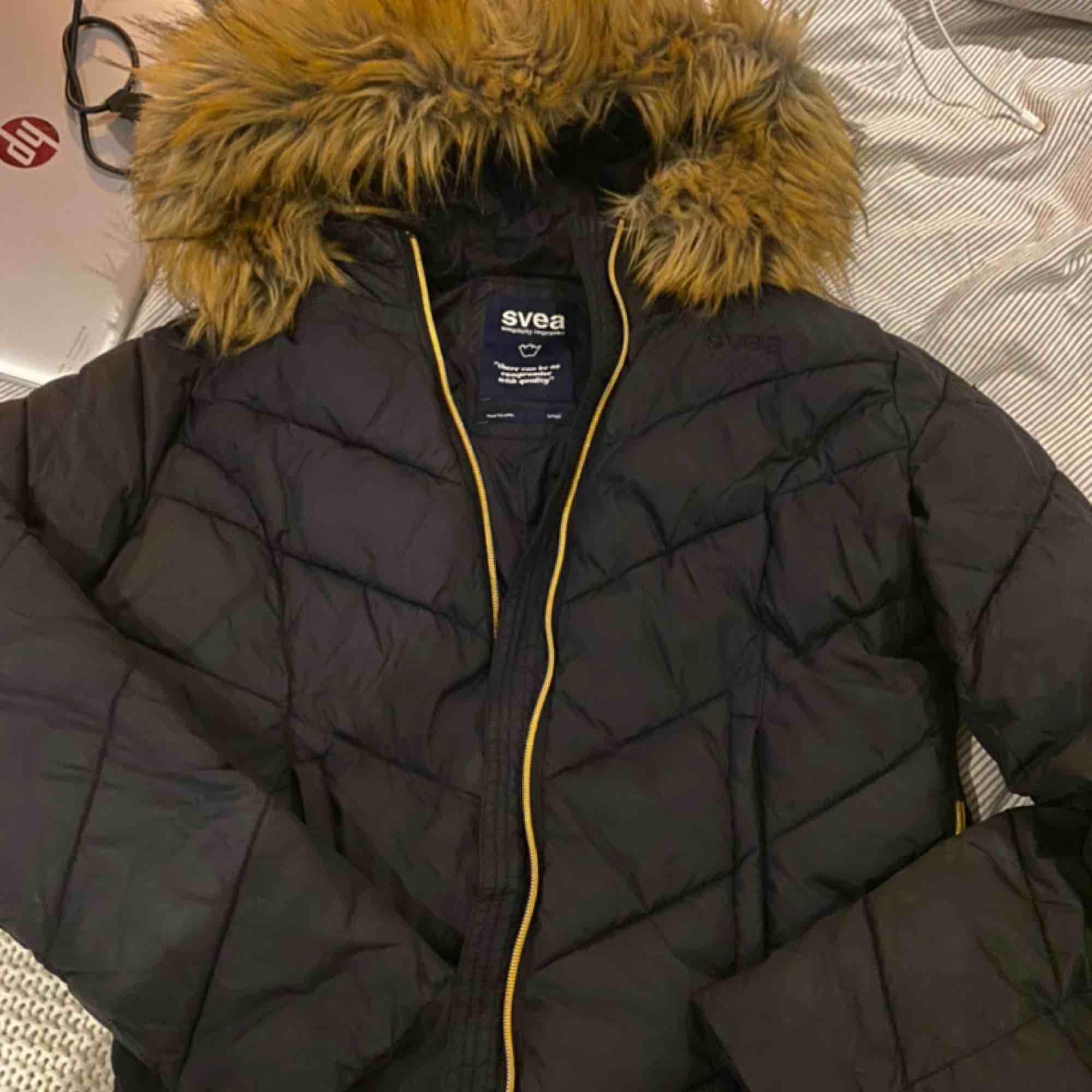 Den är i väldigt bra skick, det är en varm och skön jacka! Bara använd under vintern✨ inga hål och luktfri💋. Jackor.