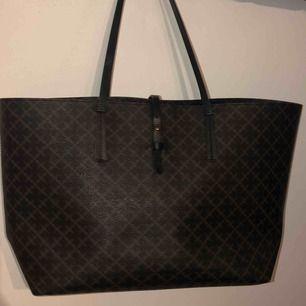 Säljer min superfina Malene Birger väska som tyvärr knappt har kommit till användning!🙃 Köpt för ca 2300kr och är som ny! Finns tote bag💖