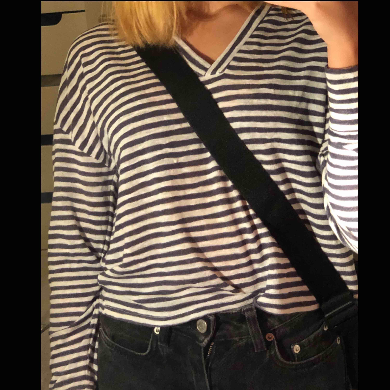 Vit- och blå randig tröja från NA-KD. Använd 1 gång och i perfekt skick, står dock initialer på lappen i nacken. Köpt för ungefär ett halv år sen och köpt för 90kr. Tröjor & Koftor.