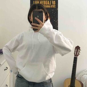 Helt ny oversized vit hoodie, lappen sitter fortfarande kvar :)
