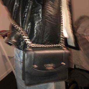Söt liten väska från Guess! Köpt för ca 1500kr! Bra skick🥰