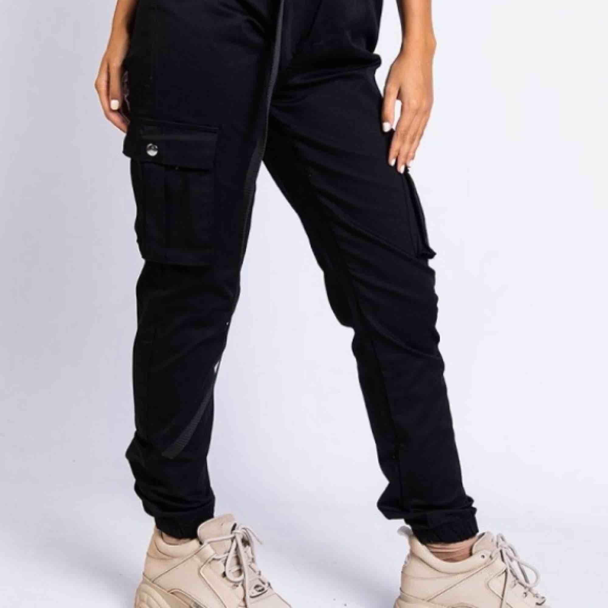 Helt nya Cargo Pants, endast använda en gång!  Storlek XS Madlady Skickas med PostNord vadderade & ansvarar ej för postens gång!. Jeans & Byxor.