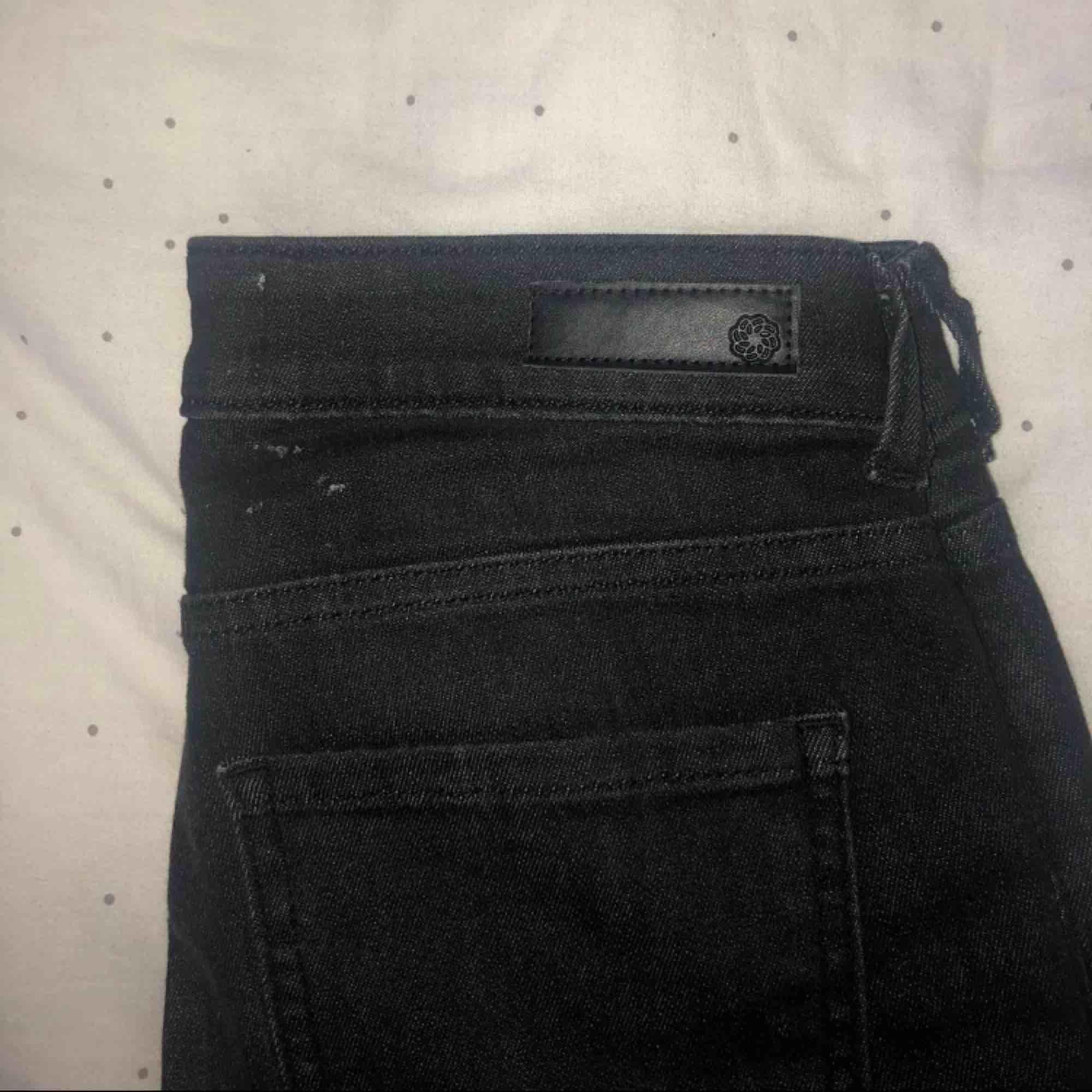 Svarta jeans med slitningar på knäna. Helt ok skick med en liten fläck som syns på tredje bilden, inte helt säker på om den försvinner därav priset.. Jeans & Byxor.